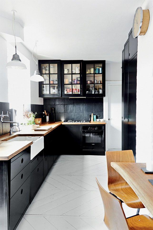 Des meubles noirs pour la #cuisine ! #noir #bois #blanc #déco #maison #appartement http://www.m-habitat.fr/penser-sa-cuisine/implantation-cuisine/reussir-l-agencement-d-une-cuisine-810_A