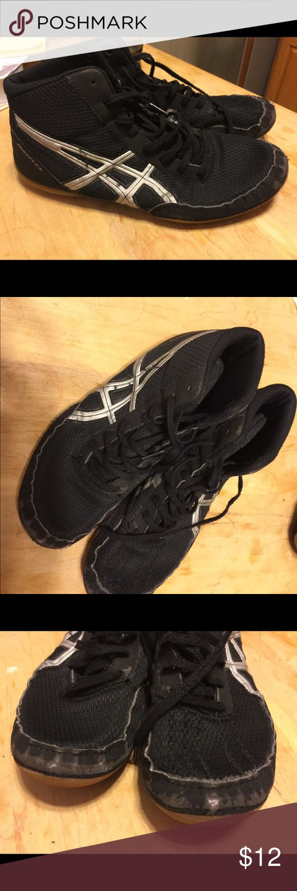 Asics Matflex Wrestling Shoes 8 Black asics Matflex wrestling shoes, men's size 8. Only worn on the mat one season. Toes have some wear as seen in the pix. Soles show no wear. Good condition overall. Asics Shoes Athletic Shoes