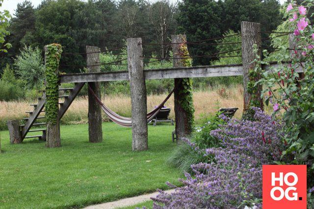 Luxe tuinmeubels voor houten veranda met rieten dek