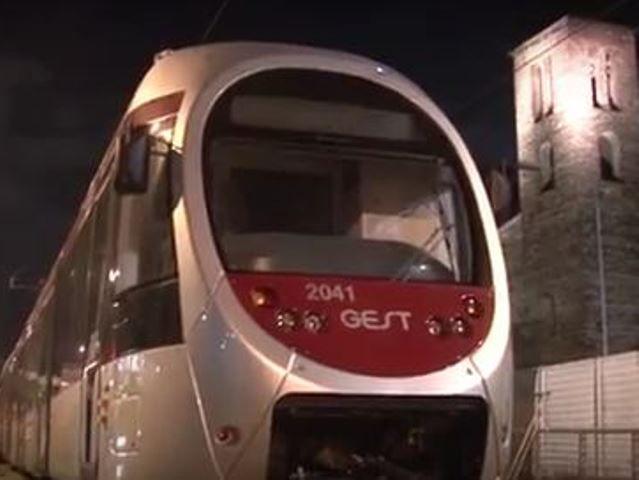 Anche la Linea 2 della tramvia ha il suo tram . Il Sirio è arrivato con un trasporto eccezionale la notte tra il 2 e il 3 marzo. Ha attraversato Viale Nenn