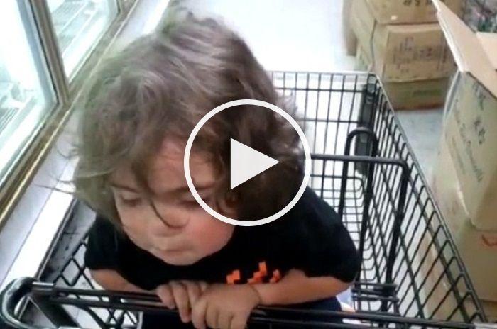 Copil intr-un carucior de cumparaturi care nu isi poate tine capul de somn.VIDEO…
