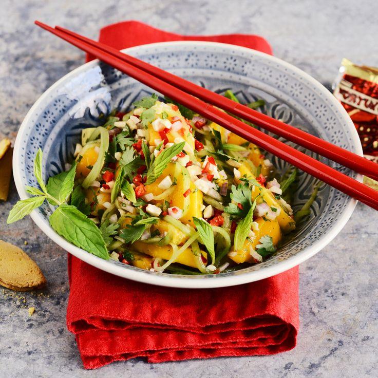Fruchtig und frisch. In asiatischen Salaten findet man oft tropische Früchte. Dressingzutaten wie Fischsauce, Limettensaft und Sesamöl geben die typis...