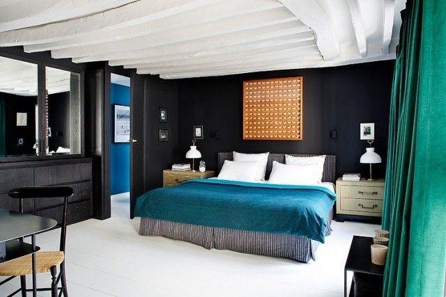 chambre-coucher-adulte-literie-turquoise-blanc-murs-noirs