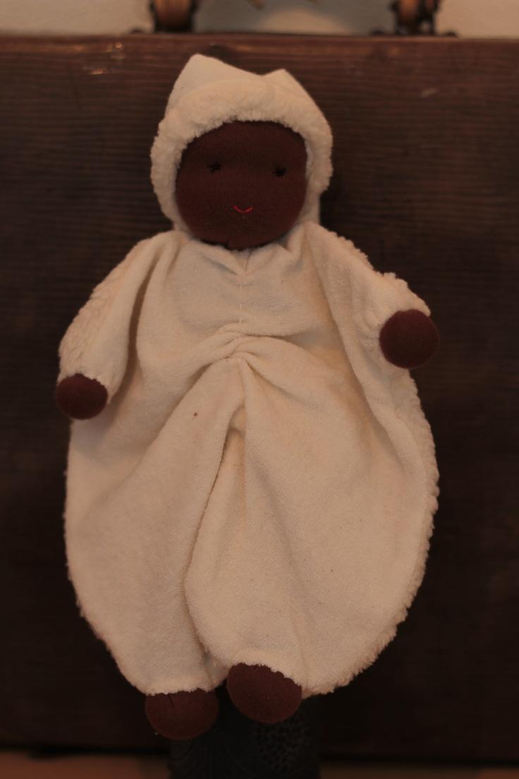 Popje met donkere huidskleur. Zacht bont op de rug en badstof aan de voorkant. Kan ook in blanke huidskleur besteld worden.