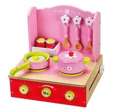Een roze fornuisje inklapbaar met accessoires. Dit roze kinderkeukentje bestaat uit: * een steelpannetje * een pannetje met deksel * 3 delig bestek * peper en zoutstelletje Dit inklapbaar keukentje heeft 2 gaspitten en 3 draaibare knoppen. Makkelijk op te bergen zodat deze ook mee op reis kan. Afmeting fornuisje roze opklabaar : 30 x 28 x 30 cm