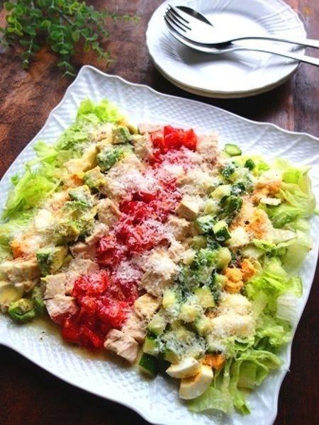 お肉も野菜もバランス良くとれる、デリ風コブサラダ。お酒がすすむしっかり味で、見た目も豪華なので、パーティーやおもてなしのサラダに。2人前にしてお洒落なブランチにするのもおすすめです♪