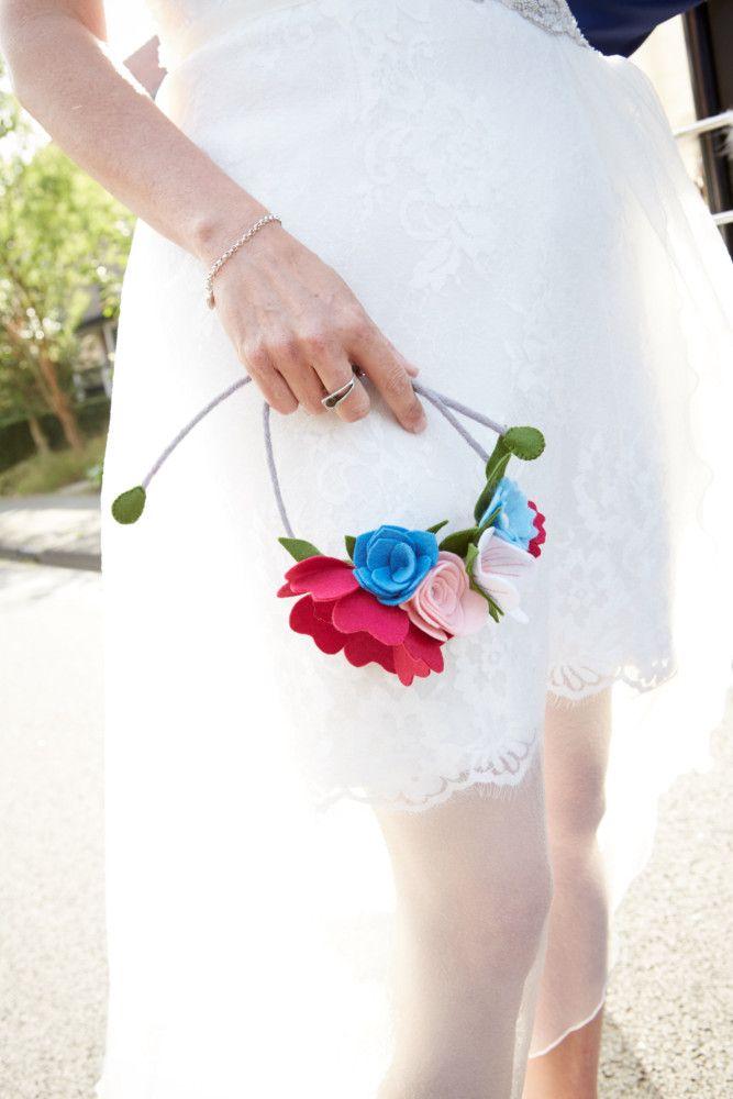 Alternatief bruidsboeket van vilt. Bloemen in een cirkel, liefdevol, fris en gracieus. #viltenbloemen, #trouwenmetvilt.