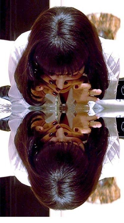 Uma Thurman em Pulp Fiction (1994). Pulp Fiction rapidamente tornou-se um dos filmes mais significativos da década de 90.  O filme, cujo título é uma referência às revistas Pulp, populares durante a metade do século XX e caracterizadas pela sua violência gráfica, é conhecido por seus diálogos ricos e ecléticos, mistura irônica de humor e violência, narrativa não-linear, uma série de alusões a outras produções cinematográficas e referências à cultura pop.