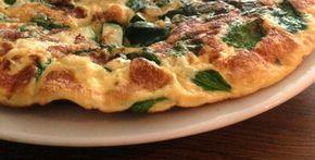 Wat een feestje is deze groente omelet met spinazie, courgette en kaas! Het recept is hartstikke simpel en het resultaat groots! Lekker als diner of lunch.