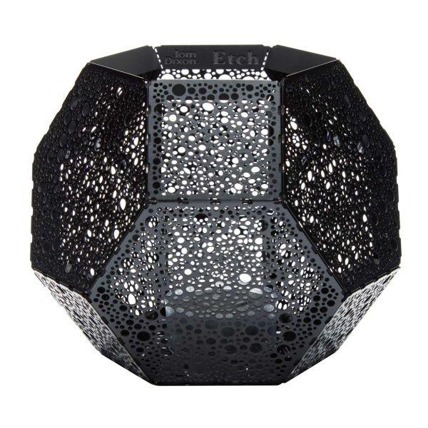 Denne vakre telysestaken er designet av Tom Dixon og er et matematisk vidunder av en stake! Etch består av mange laserskjærte perforerte 0,4 mm stålplater som danner en fasinerende p