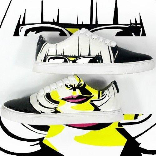 ANNA WINTOUR, la grande prêtresse de la mode  Paire de basket personnalisée à la main par nos artistes à l'encre permanente sur le modèle N6.  Semelle en caoutchouc et surface waterproof en cuir synthétique. Doublure et semelle intérieure en cuir synthétique antitranspirant.  #mrmonkies #sneakers #customshoes #annawintour
