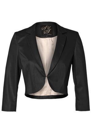 Satin Colbert  €  89,95  Kort colbert met een ronde revers, dat prima is te combineren met een jurk of strakke top. De satijnglans geeft het colbert een feestelijke uitstraling. De sluiting bestaat uit een enkel, niet zichtbaar haakje. De mouw valt tot halverwege de onderarm.    Kwaliteit: 64% polyester / 33% katoen / 3% elastaan  Kwaliteit voering: 100% acetaat