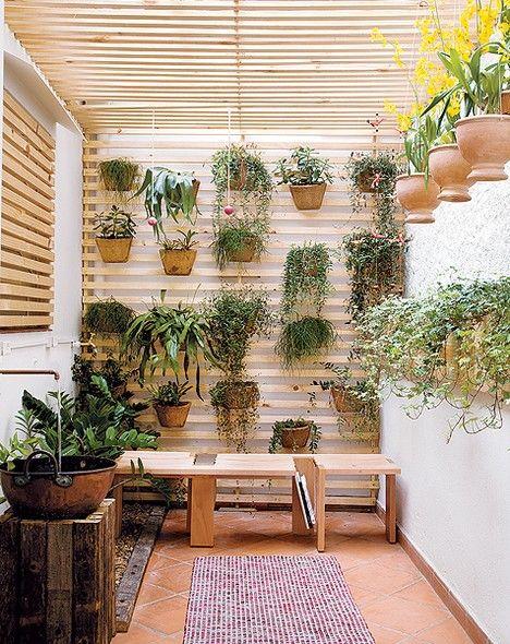 Neste canto de 8 m², a paisagista Juliana Freitas elegeu espécies que não sofrem tanto com o clima e não crescem rápido. Os vasos foram acomodados na treliça de madeira e no painel vertical. A jardineira de heras arremata o clima romântico
