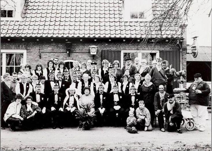"""Café Rust en Lust aan de Poppelseweg (in de volksmond """"De Kee). De carnavalsvereniging """"Het Ezeltje"""" aan de Poppelseweg (later Turnhoutsebaan) te Goirle. Het café was van Kee van de Pol-van Iersel maar stond in Goirle bekend als """"Kee van de Muilezel"""". Later werd dit café """"het Bosch"""" en daarna in 2006 """"d'n Overkant"""""""