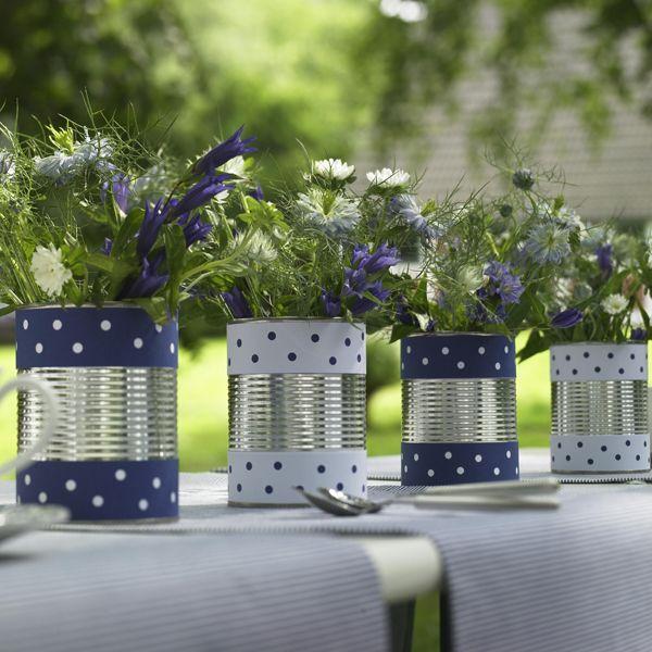 Blau-weiße Sommer-Deko für den Garten - blumen-in-dosen-mit-gepunkteter-borduere-600-6006
