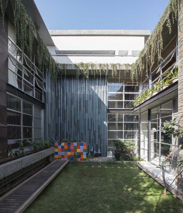 Blok městské rodinné stavby obklopuje zelený vnitřní dvůr, do kterého hledí soukromé pokoje rodiny.