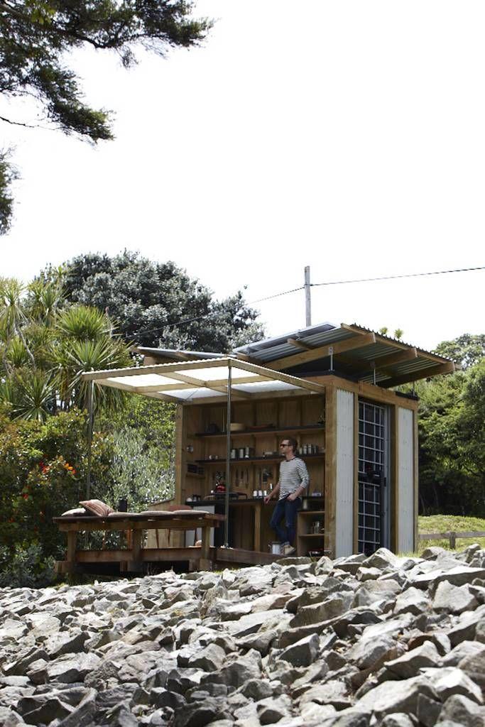 Небольшой, но модный и вполне комфортный дачный домик, где семья может отдохнуть.  (маленький дом,сделай сам,самоделки,архитектура,дизайн,экстерьер,пляжный,кухня,дизайн кухни,интерьер кухни,кухонная мебель,мебель для кухни,на открытом воздухе,патио,балкон,терраса) .