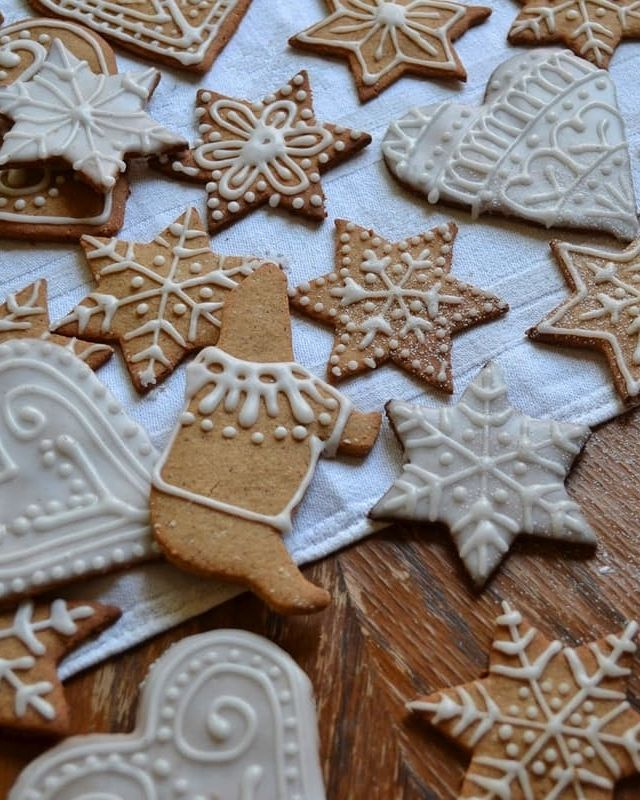 In need of a gluten free Christmas cookie recipe? These delicately decorated pepparkakor are gluten-free!