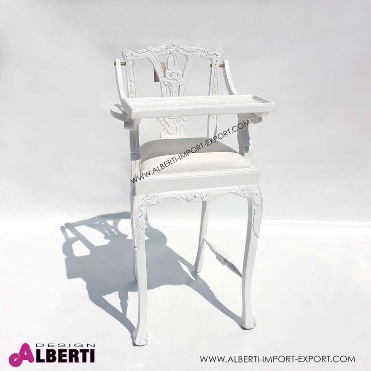 Seggiolone bambini in legno bianco Seduta in eco pelle bianca per il seggiolone in legno lavorato a mano. Pratico e comodo il piano di appoggio che si alza. Anche i piccoli hanno bisogno di attenzioni nell'arredamento.