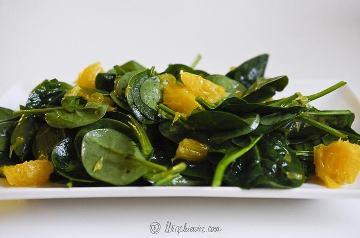A co to za śliczna zielona przekąska?  Zdrowiutka sałatka z baby-szpinaku z pomarańczami, w sam raz na środek dnia i tygodnia.