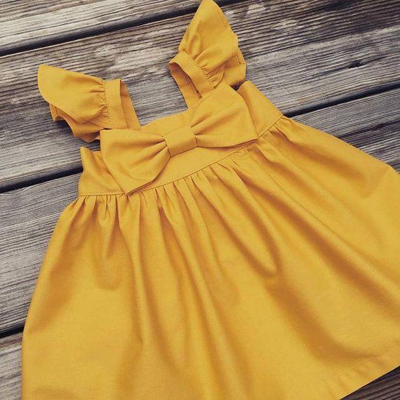 Schöne flattern Ärmeln große Bogen Mädchen Kleid. Rückseite hat Gummizug für Komfort und eine hervorragende Passform. Dieses Kleid ist ein muss für Ihr Kind Kleiderschrank haben. Um die passenden Windel deckt hier: https://www.etsy.com/listing/467990329/matching-diaper-cover-bow-dress-matching?ref=shop_home_active_1 Dies sind die ungefähren Maße meine Kleider von Schulter bis Saum Größe/Brust/Länge 0-3 m/14 / 13 3-6m/16/14 6-9m&...