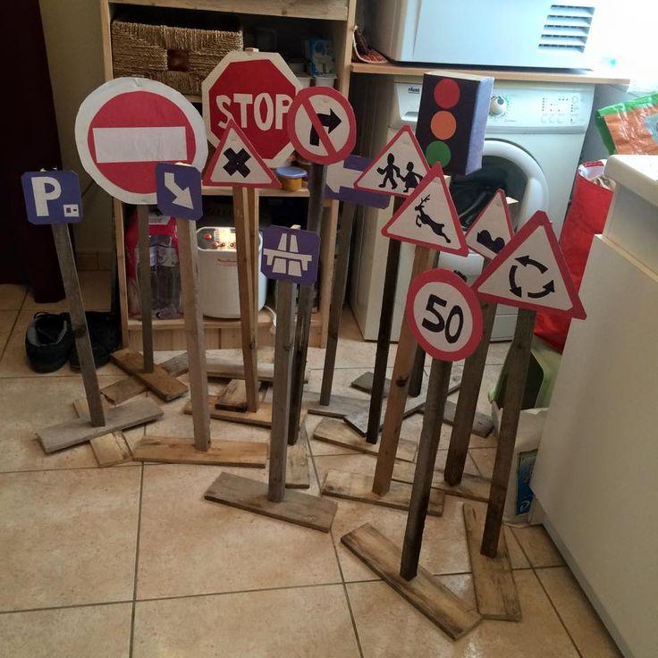 Panneaux en carton et liteaux (de récup') pour les enfants (avec parcours tondu court dans pelouse haute :-)  )