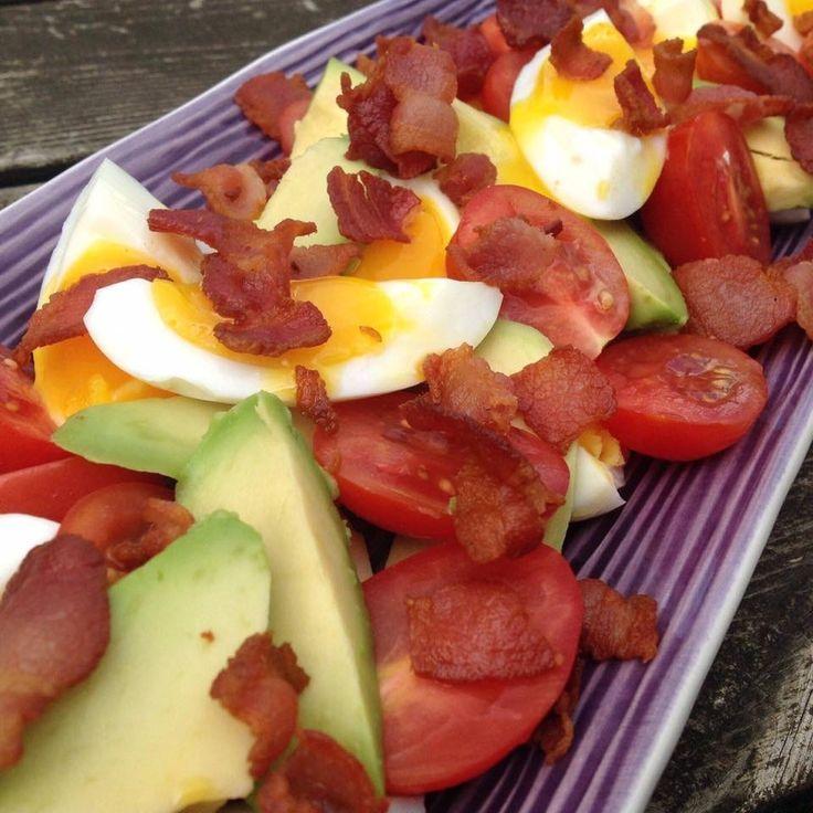 Njut av Avokadosallad till frukost, lunch, på picknicken eller som ett matigt mellanmål. Ännu ett härligt Paleo recept i Paleoskafferiet här Under vårt tak.