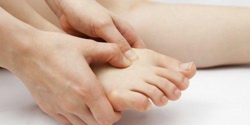 Kribbeln und Missempfindungen in Armen oder Beinen können Anzeichen einer Polyneuropathie sein. Mit zu den häufigsten Ursachen zählt Diabetes.
