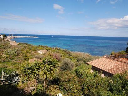 """Residence Cicladi  Santa Flavia 20 km van Palermo: Mooi vakantiepark """"Residence Cicladi"""". 10 appartementen in de woning. In de plaats 100 m van zee. Voor medegebruik: tuin. Barbecue kinderspeelplaats. In het huis: wasmachine (voor medegebruik extra). Parkeerplaats bij het huis. Station 1 km kiezelstrand stenenstrand 100 m. Attracties in de buurt: Palermo 20 km. Let op: De afgebeelde foto is slechts een voorbeeld. Bij deze accommodatie zijn meer vergelijkbare woningen te huur.  EUR 307.00…"""