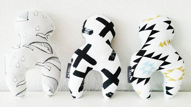 Leuke knuffels in mooie printjes met aan de achterkant heerlijk zachte badstof. Ze zijn ongeveer 20 cm hoog.  www.noez.nl