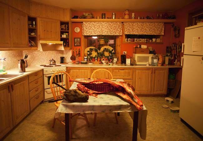 Na stole v moderní kuchyni Gaupových v norské obci Kautokeino leží poražený sob. Ani kousek z něj nepřijde nazmar. Rodina zamrazí, vyudí nebo usuší maso, stejně jako vnitřnosti, tuk, krev a dokonce i