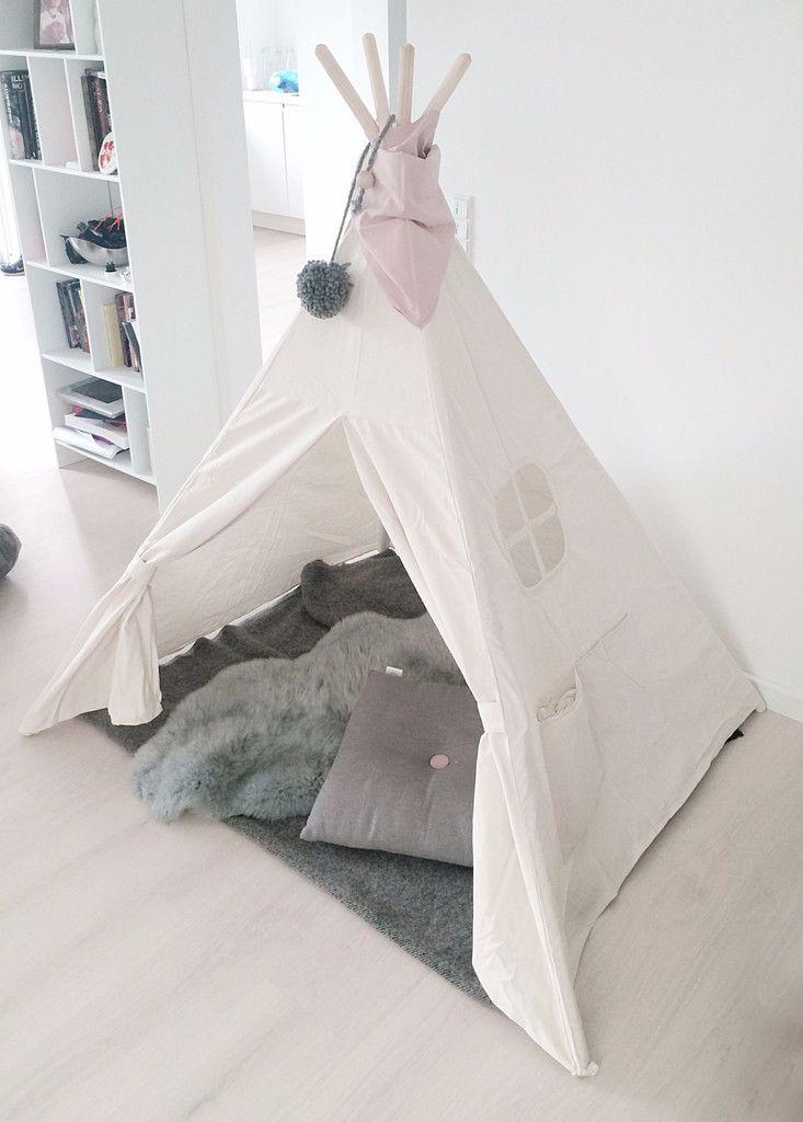RAA Tipi Telt fra Raa Kids Interior er perfekt til børn der elsker at lege og bruge deres fantasi. Det er nemt at flytte rundt, så tipi'en kan både br