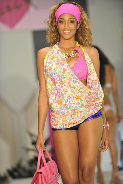 La sfilata dei costumi da bagno Tezuk per la prossima estate / moda / Home page - Cosmopolitan