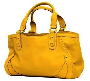 Comment entretenir un sac en cuir terni ? Nettoyez et lustrez vos cuirs avec cette astuce de grand-mère ! Il existe une solution simple et économique pour entretenir un sac en cuir. Redonnez vie à votre précieux sac avec cette méthode naturelle.
