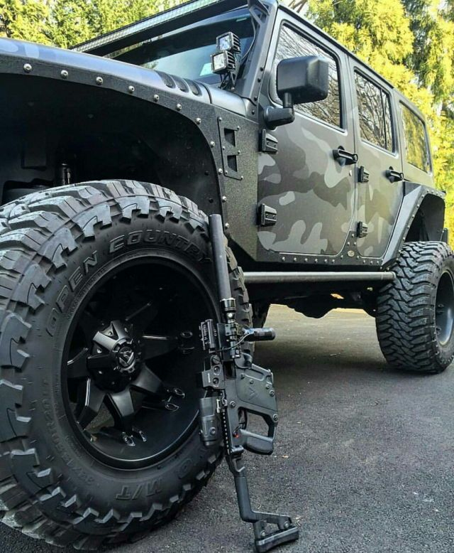 Its a jeep..its kinda camo..and there's a suppressed kriss..love at 1st sight!