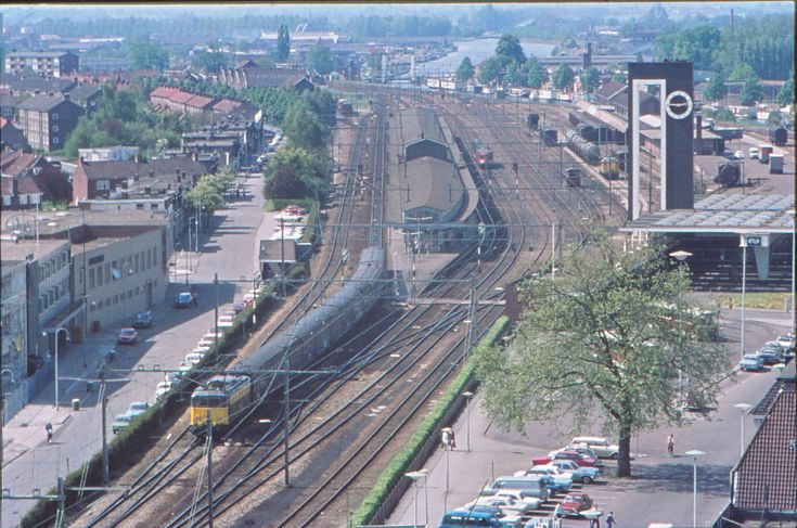 Parallelweg Almelo en spoorwegemplacement Station Almelo