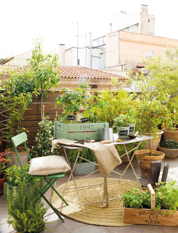 Terraza urbana con mesa y silla metálicas con mucho verde