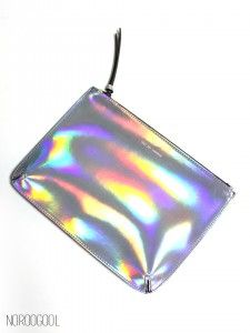 Summer-Silver : 홀로그램 하면 떠오르는 실버 클러치! 뭐니뭐니해도 실버죠? 뒷면은 합성피혁 블랙으로 처리하여 앞뒤 번쩍번쩍한 클러치보다 훨씬 고급스러운 느낌입니다.  느낌도 그렇지만 직접 보면 정말 디테일이 예술 :)