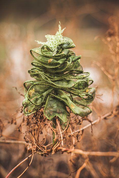 Ze zbylé stužky můžete vyrobit i malé vánoční stromečky. Nám zbyla zelená, která ale na jehličí nevynikne, čili zvolte zlatou nebo stříbrnou. Postup je ale stejný – na špejli, klacík nebo drátek prostě cikcak napichujte stuhu do tvaru stromku, zalepte a ozdobte dle fantazie; Eva Malúšová