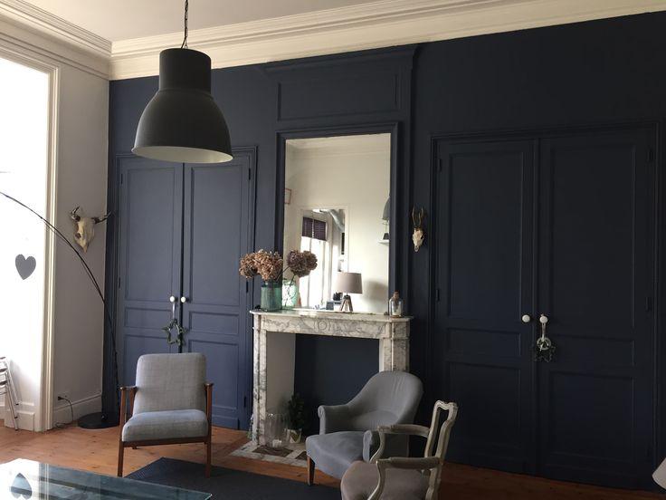Salon appartement haussmannien peintures fonc es bleu marine abysse flamant chambre mamounette - Salon bleu marine ...