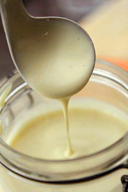 Hola!...el post de hoy se lo dedicaré a 2 de las Cremas mas usadas en la repostería...La Crema Pastelera y la Crema Inglesa; crema...