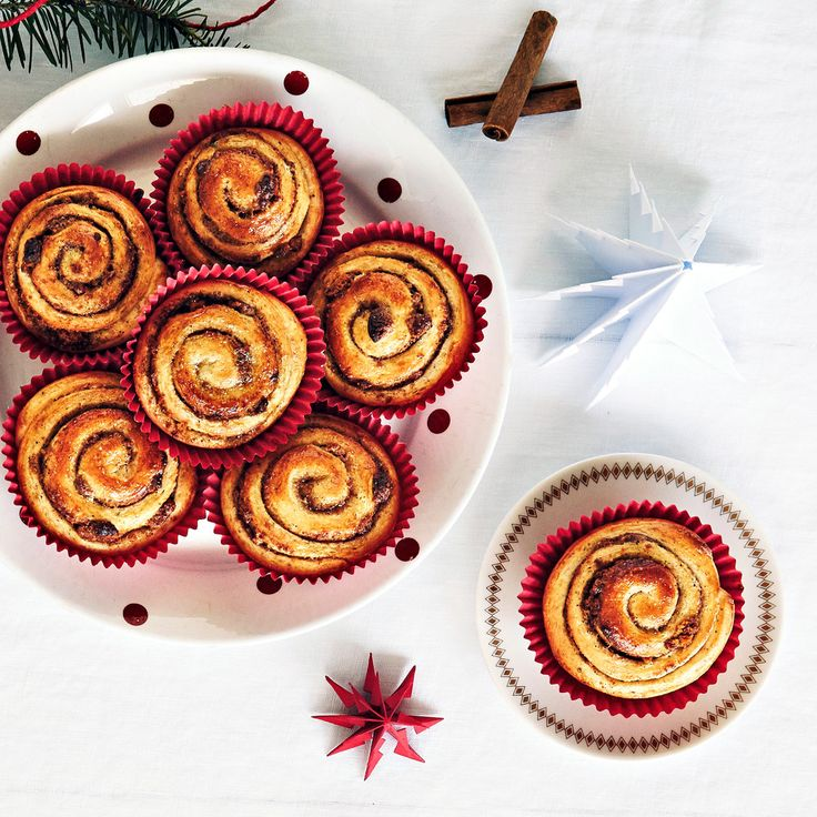 Piparipullat leivotaan perinteisten korvapuustien tapaan. Pullat täytetään piparkakkumausteella ja piparkakkumuruilla.