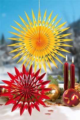 Mit dieser Anleitung können Sie ganz leicht einen Weihnachtsstern basteln ✵. Egal ob in Rot, Gelb oder in einer anderen Farbe - dieser Weihnachtsstern sieht immer gut aus. © Christophorus Verlag