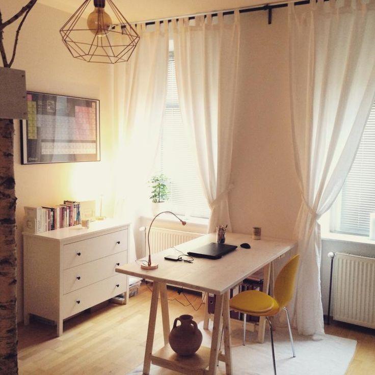 Schönes Office-Space mit weichem Licht, moderner Lampe und schönem Schreibtisch mit buntem Stuhl und Teppich. #Arbeitsplatz #Homeoffice #Schreibtisch