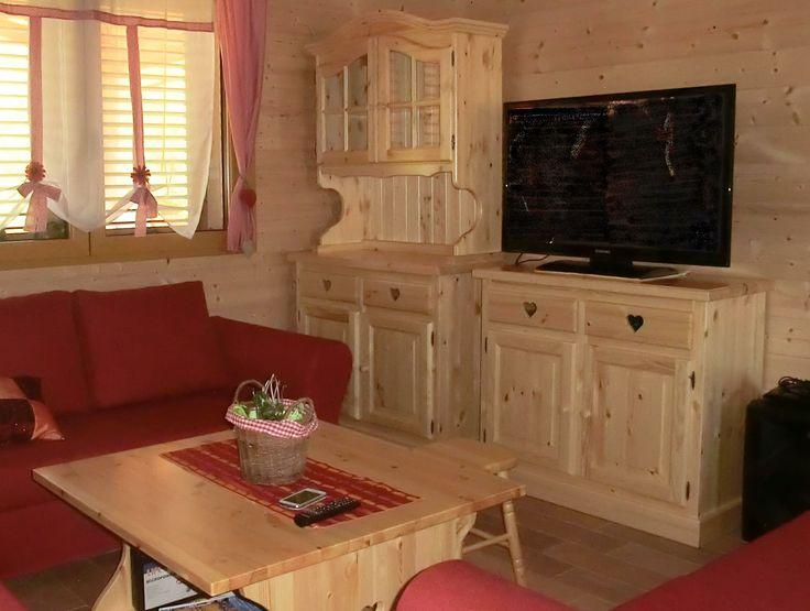 www.mobilificiomaieron.it - 0433775330. soggiorno rustico completo composto da Credenza 2 ante completa, Base 2 ante 2 cassetti e tavolino salotto. tutto produzione maieron, tutto in legno massello. Diverse altre colorazioni disponibili