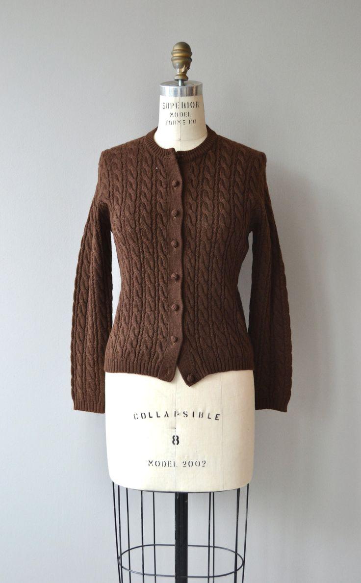 Vintage jaren 1950 chocolade bruine wol kabel gebreid vest met prachtige brei knoppen.  ---M E EEN S U R E M E N T S---  past zoals: kleine schouder: 16 Bust: 32-37 Mouw: 22 lengte: 22 merk/maker: Austin Hill | 100% virgin wol voorwaarde: uitstekend  ➸ Meer tops & truien https://www.etsy.com/shop/DearGoldenVintage?section_id=5800171  ➸ Bezoek de webwinkel http://www.DearGolden.etsy.com _____________________  ➸ instagram | deargolden ➸ twitter | dea...
