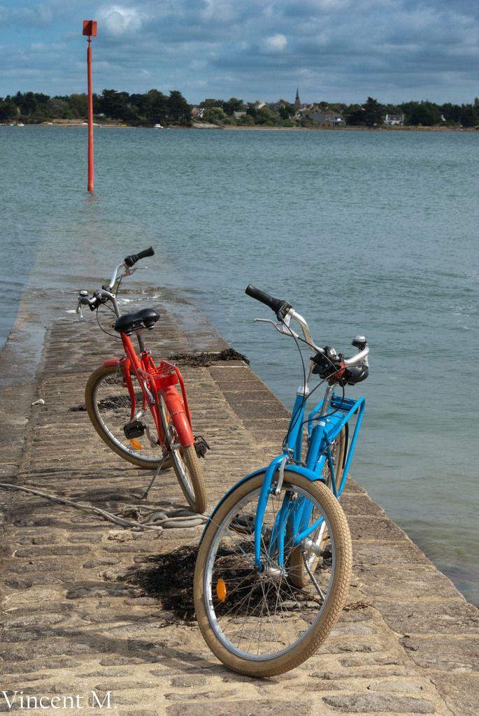 Sur l'île aux Moines comme sur l'île d'Arz, le vélo est le moyen de transport préféré des habitants et des touristes. #Morbihan, #Bretagne.