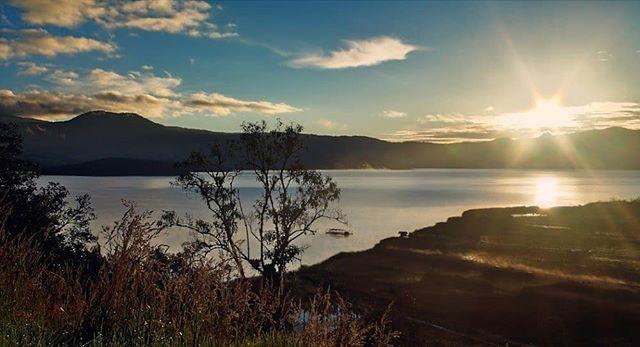 El brillo del amanecer.  No cabe duda que es uno de mis lugares favoritos.  #sunrise #sunny #lake #island #mountains #idlatino #idcolombia #igers #travelgrafia #ejvallejphoto