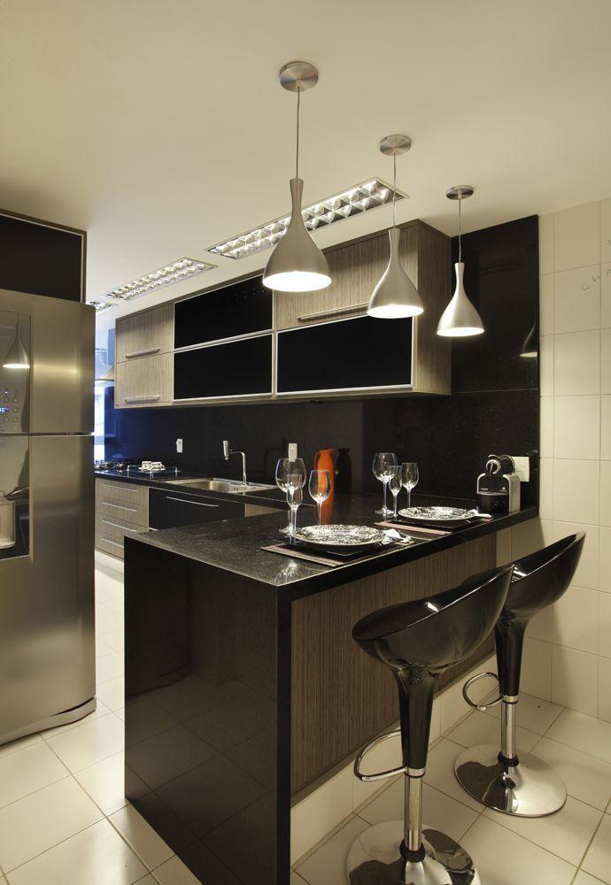 Bancada em granito preto para cozinha com móveis pretos e de madeira