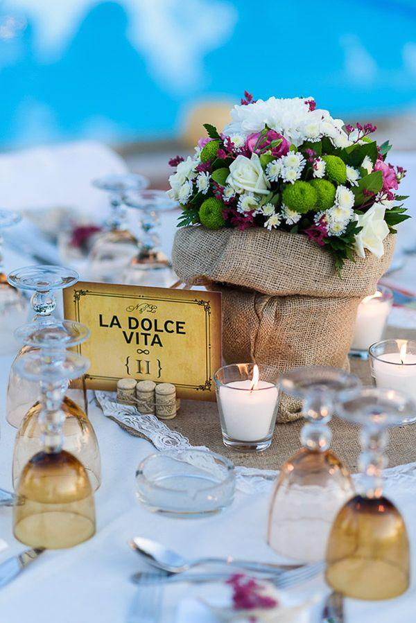 Ρουστικ centerpiece με λυσίανθους, αγριολούλουδα, τριαντάφυλλα λευκά και μωβ See…